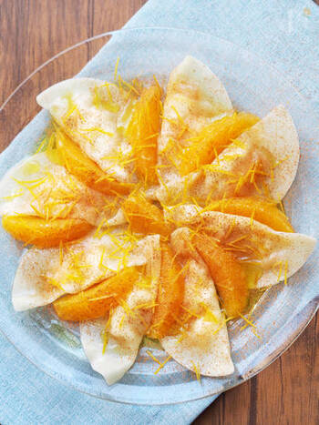 こちらはちょっと変わり種!クリームチーズとマーマレードジャムを餃子の皮で包んで茹でた、スイーツ水餃子。オリーブオイルにオレンジの皮を刻んだソースをかけてさわやかに♪