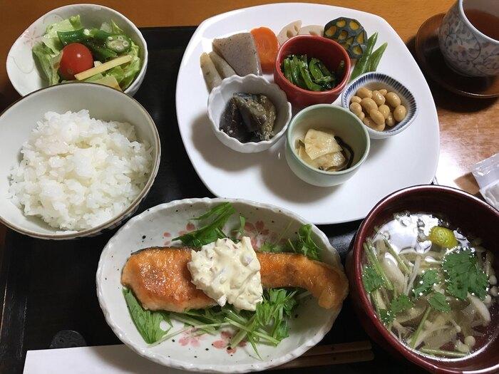季節の野菜を使った人気の「和定食」は、いろいろな料理を少しずつ味わえるランチ。野菜の美味しさをしっかり堪能できる素朴で優しい味わいです。