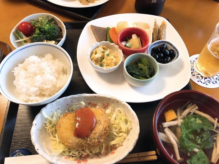 和定食の他にも、ビーフカレーやハヤシビーフ、要予約のおまかせ和食セットなどもあります。その日の気分やシーンに合わせてお選びください。
