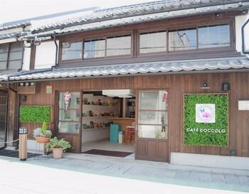 太宰府駅から5分の小鳥居小路にある「CAFE COCCOLO」は、江戸末期の建物をリノベーションした町家カフェで、景観重要建造物に指定されています。