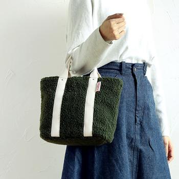 モコモコのボア素材が、キュートな印象のトートバッグです。上部ファスナー式で、バッグの中を見せたくないという方にぴったり。取り外し可能なショルダーストラップが付属しているので、2wayで利用できます。