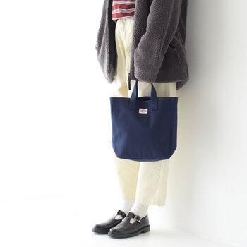ちょっとしたお出かけにぴったりな、ミニサイズのトートバッグ。定番のネイビーカラーは、どんな着こなしにも合わせやすいのが魅力です。バッグの内側は3つのエリアに分かれていて、中身を整理しやすいつくりに。ショルダーバッグとしても使える、2way仕様になっています。