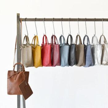デイリーに使いやすいトートバッグ。季節感のあるカラーを選べば、ナチュラルな秋冬コーデにトレンド感をプラスできますよ。ぜひお気に入りのトートバッグで、いつもの着こなしをちょっぴり格上げしてみてくださいね♪