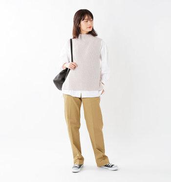 ピンクベージュのニットベストに、白シャツをレイヤードしたスタイリングです。ベージュのパンツとスニーカーで、シャツコーデをカジュアルに着こなしています。センタープレス入りのパンツで、さりげなくきちんと感をプラス♪
