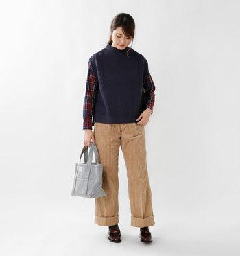 ネイビーのニットベストに、チェック柄のシャツとコーデュロイのワイドパンツを合わせた着こなし。チェック柄の中にニットベストと同じカラーが入っている物を選べば、統一感のあるコーディネートに仕上がります。