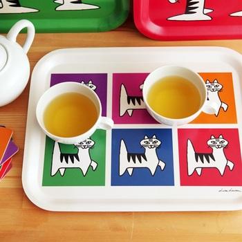 愛嬌のある表情の猫が並んだ、リサラーソンのカラフルなトレイ。北欧の白樺素材を使用して作られているため、厚みがしっかりしていて丈夫なのが特徴です。カラー展開も豊富で、食卓をにぎやかに彩ってくれます。