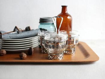 大きめのトレイを活用すれば、お皿や料理をキッチンからテーブルまで一気に運ぶことが可能です。また片付けの際も一気に運べるので、何往復もする必要がなく時短に繋がります。