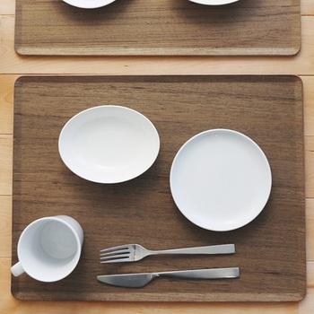 天然の木を使用して作られた、マット感覚で使えるトレイです。ナチュラルな質感のシンプルトレイは、食卓に温もりをプラスしてくれます。フチがせりあがったデザインなので、テーブルの上から持ち上げる際に指を掛けやすく持ちやすいのが特徴です。