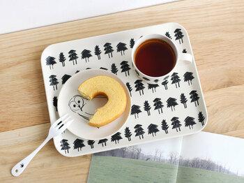 手書き風の素朴なタッチがナチュラルな印象を与える、おしゃれなトレイ。長野県松本市を拠点に、イラストとウェブの制作を行っている「山鳩舎」が手掛けたアイテムです。小ぶりなサイズ感で、子どもの朝食やおやつタイムなどにぴったり。