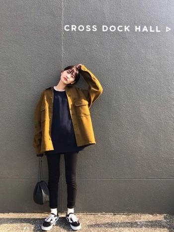 こちらはメンズの「フリースシャツジャケット」。厚手のオーバーシャツは、ゆったりシルエットを生かしてオーバーサイズな着こなしに。ウールとフリースのブレンド素材は独特の手触りで、女子も着こなせるユニセックスなアイテムです。