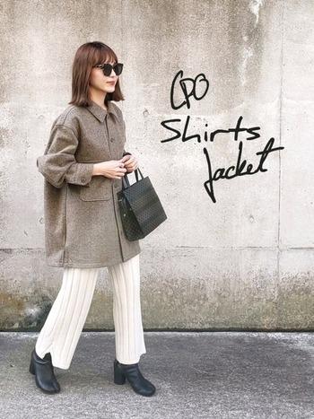 着こなしのポイントは、オーバーサイズのメンズライクなイメージになりすぎないように、女性らしい素材やシルエットの小物を合わせること。