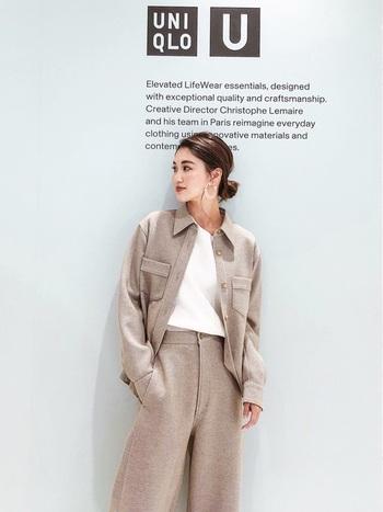 ユニセックスな印象で直線的なラインのアイテムは、インナーはフェミニンで上質なものを選ぶのがおすすめ。上質な素材と丸襟のインナーでカーブを作り、メイク・アクセサリー・ヘアスタイルなどでナチュラルな女性らしさを取り入れましょう。