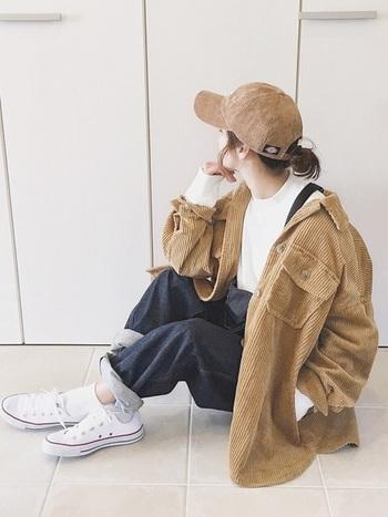 デニムには今季トレンドのコーデュロイ素材も相性抜群。シンプルながらカーブに女性らしさもあるデザインだからできる、上品なワークスタイルの着こなしはいかがでしょうか。