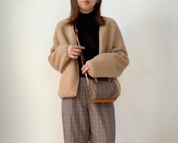 全体の着丈は少し短めにデザインされているため、ボリュームのあるゆったりシルエットのパンツやスカートと合わせても野暮ったくなりません。
