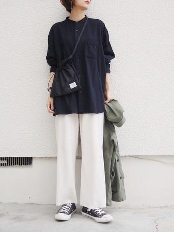 """女子が着てもおしゃれと話題のメンズアイテム「オーバーサイズフランネルスタンドカラーシャツ」。今季のトレンド""""リラックス感""""を手軽に取り入れられるアイテムです。アウトドアなバッグやスニーカーと合わせたカジュアルな着こなしが素敵です。"""