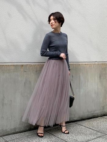 グレージュはシックかつ柔らかい雰囲気を出してくれる絶妙カラー。チュールのプリーツスカートで、一味違うクラシカルなモノトーンコーデに。