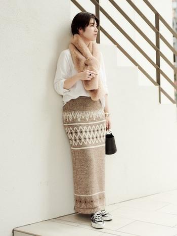 エスニック柄のスカートが素敵なコーデ。体のラインにフィットしたデザインで、スタイルをよく見せてくれます。