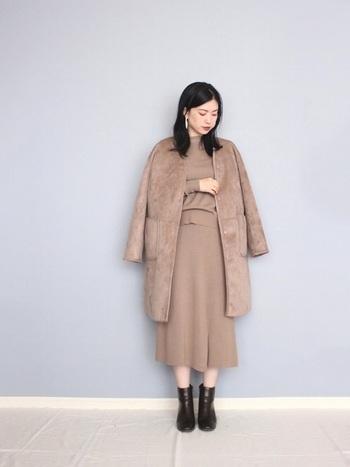 ベージュのニットスカートは、触り心地も見た目もほっこりで、着ていて幸せになれるアイテム。ハイゲージのものを選べば、オフィスにも着ていけます。