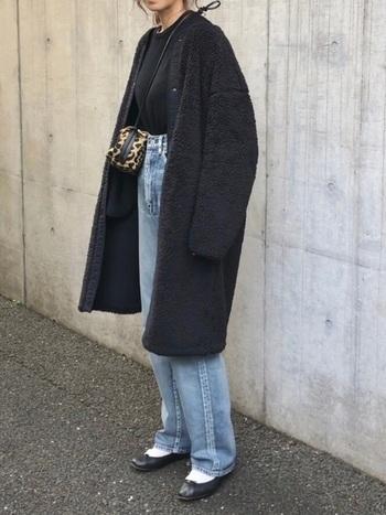 裾に向かって広がる大きめシルエットなので、目線を上げるためにもボトムスはハイウエストのものが好相性。コートの面積が大きい分、淡い色を合わせると冬でも明るい印象のコーディネートになりますよ。
