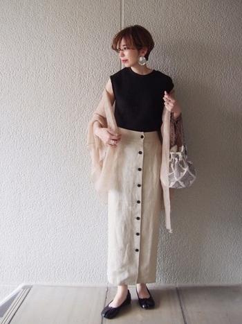 ロングのタイトスカート×フロントボタンは足を長く見せてくれる最強の組み合わせ。ベージュなら夏でも着やすいですね。