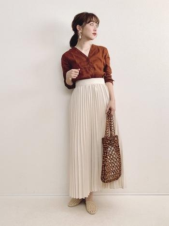 歩くと揺れるプリーツスカートは、シンプルコーデを華やかに見せてくれます。ブラウンとベージュを合わせて、落ち着いた大人女子のオフィスコーデに。