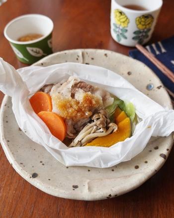 豚肉と野菜をクッキングシートに包んで、あとは電子レンジにお任せ。昆布を入れるのが美味しくなるポイント。昆布の出汁と食材の旨みが合わさった、ほっと落ち着く一品です。
