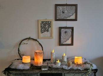 キッチンペーパーとトイレットペーパーの芯を再利用したリメイク。キャンドルの雰囲気に近付けるためにグルーガンを使って、蝋が垂れている様子を表現しています。白の絵の具で塗ったらできあがり!