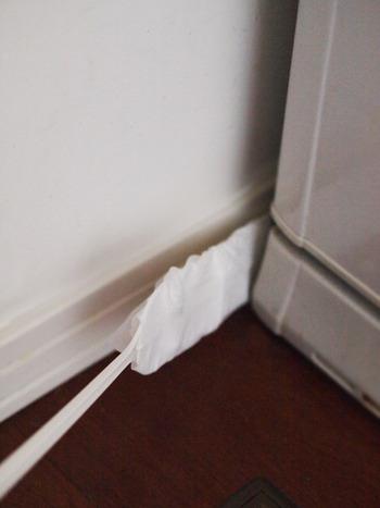 洗濯機の裏側やトイレの壁と便器の隙間など、ホコリが溜まりやすい場所を一気に掃除。モップは使い捨てタイプのものがあると便利です。