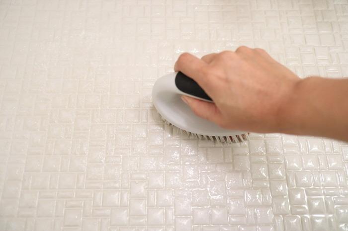 タイルの目地や溝の部分に汚れがたまりやすいお風呂場の床。洗剤をかけて少し時間が立ってから磨くと、汚れも落ちやすくなります。