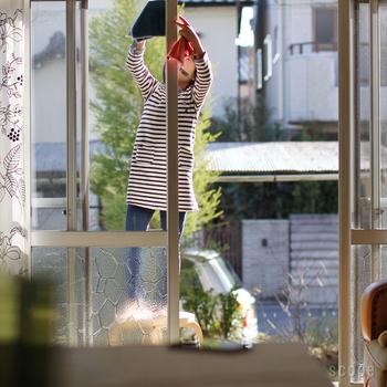 雨が降ると汚れてしまうので、窓掃除は年末近くに。窓がきれいになると、気持ちよくお正月を迎えられます。