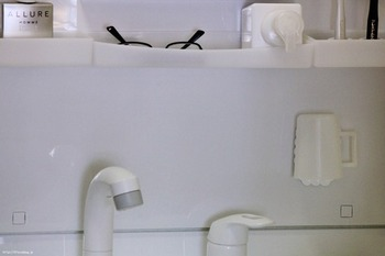 洗面コップもこのとおり。 洗面台やお風呂場、キッチンなどいろんな場所で浮かせて収納できます。
