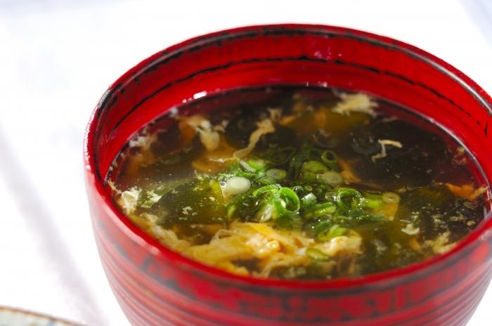 どんな汁物にも合うワカメ。低カロリーで健康に良いので、どんな方にもおすすめです。仕上げに粉山椒を入れると、辛さと香りが加わって大人の味わいに!