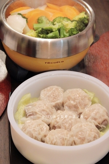 オプションのシリコンスチームを活用したポットデュオのレシピ。みじん切りとパウダーを使ったダブルれんこん焼売は、ヨーグルトを加えることでふわっとした食感に。下には野菜を入れて蒸せば、栄養バランスの良い献立が完成します。