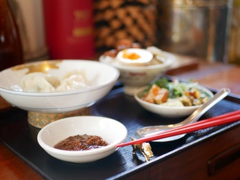 ランチには名物水餃子とお茶碗魯肉飯のセットもあります。お昼に食べるのにちょうどいいボリューム感♪