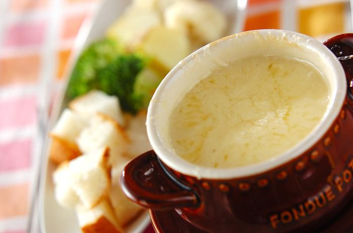 グリュイエールチーズ、エメンタールチーズの2つのチーズを使ったチーズフォンデュ。白ワインを加えて本格的な味わいに仕上げています。ウインナーや野菜、バゲットなどお好きな具材にチーズをたっぷり絡めて召し上がれ♪