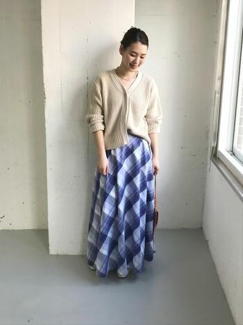 女性らしいシルエットのフレアスカートで、レディな装いを楽しみましょう!ざっくりめのVネックカーデを合わせれば、明るい色のチェックスカートであっても子どもっぽく見えません。