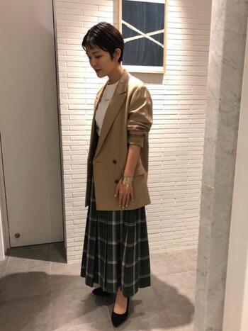 たまにはパンプス×ジャケットでレディなコーデも楽しみましょう。このようにチェックロングスカートは綺麗めな着こなしとも相性抜群です。