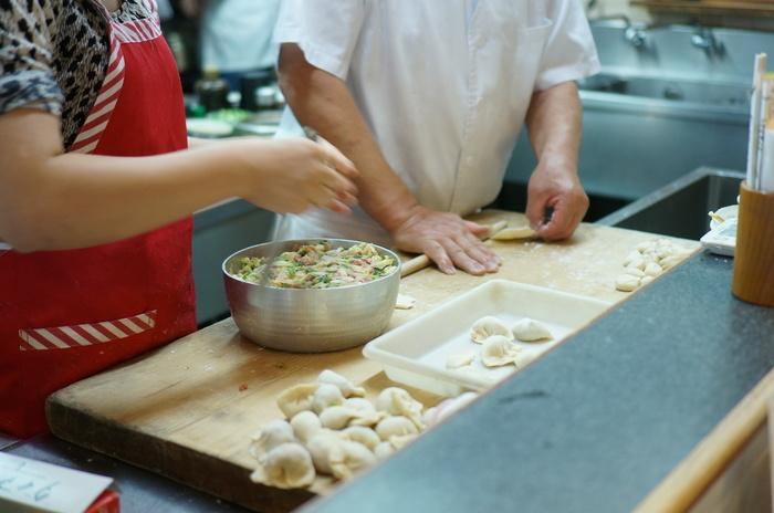 京王線幡ヶ谷駅から少し歩いたところにある中華店「您好(ニイハオ)」の餃子は、毎日お店でひとつひとつ皮から手作りするというこだわりよう。このこだわりの餃子を食べようと、店内は常に多くのお客さんで賑わっています。