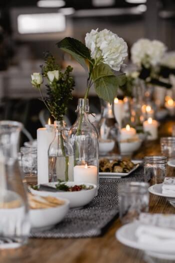 特別な日はもちろん、いつもの食卓も、キャンドルを灯すだけで料理を一層おいしそうに引き立ててくれます。  おすすめのキャンドルは、燃焼時間の短いティーライトキャンドル。  ガラスホルダーや豆皿に置いて、複数灯すと華やかなテーブルに。  料理の邪魔にならないよう、香りのないキャンドルを選びましょう。