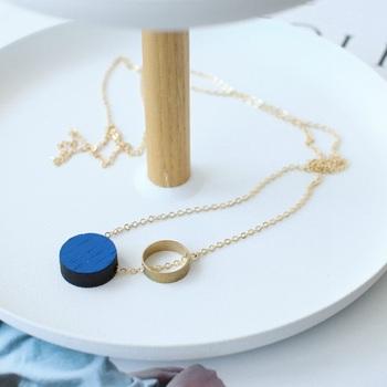 デンマーク発のブランド「Komparativ Necklace(コンパラティブ ネックレス)」。木の温もりを感じさせる存在感のあるデザインです。