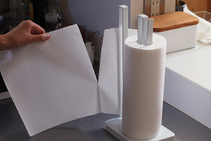 きのこは水分に弱いので、余分な水分を吸収できるようにキッチンペーパーで包んで保存しましょう。軸や石づきはついたままでOKです。使いやすい個数ずつ小分けにして包めば、料理もしやすくなりますね。ポリ袋や保存袋に入れて、冷蔵保存しましょう。