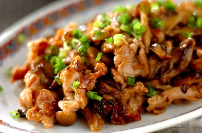 甘めに下味をつけた豚肉とマイタケ、シメジを調味料で炒めるだけ!片栗粉でとろみをつけた、お腹も大満足の一品。オイスターソースがしっかりと効いた甘辛風味のレシピです。