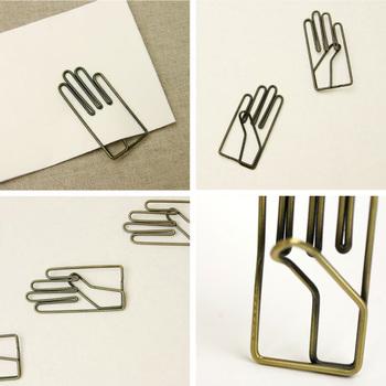 1917年創業の「月光荘」の文具は、ユーモアと愛情がたっぷり。手のひらシルエットのクリップは鉄製で丈夫です。紙を挟みやすいように少しそった親指には、職人技が詰まっています。