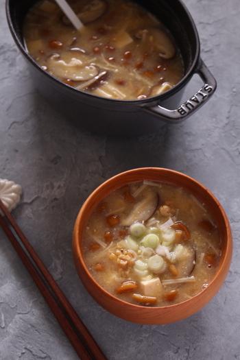 きのこと言ったら和風のスープも欠かせません!ひきわり納豆となめこのとろみが、ほっこりと身体を温めます。山菜をプラスしても美味しいですよ♪