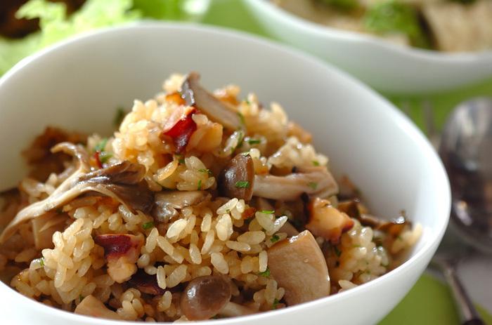 """こちらはちょっと変わり種、下味には白ワインを、調味料にはオリーブオイルを使って作る""""洋風""""の炊き込みご飯です。お米に加えてもち米を使うので、腹持ちもしっかりと◎ タコのエキスを存分に味わうことができます。"""