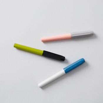 """「KAWECO(カヴェコ)」は1883年にドイツで創業された筆記具メーカー。20世紀初めに販売されていたシリーズの復刻版の""""パケオ万年筆""""は、マットなボディに16角形の美しいカラーの本体は、万年筆初心者にも握りやすく設計されています。"""