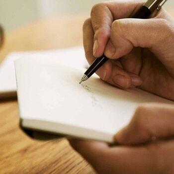 極細のペン先&速乾性のゲルインクで細かい文字もスラスラ書ける、「OHTO(オート)」のスリムなノック式ボールペン。小さいスペースに予定を書き込む携帯用に最適のボールペンは、高級感のあるデザインなのにプチプラが嬉しいですね。