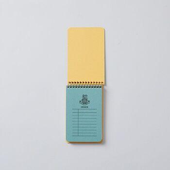 """1922年から続く日本の老舗ノートメーカーが、""""College(カレッジ)""""シリーズとして1966年に発売した歴史ある商品を、現代に合わせて進化させて作られたのが""""ROYAL College(ロイヤルカレッジ)""""シリーズ。クラシカルなデザインは、バッグに入れておくだけでも雰囲気が出ます。"""