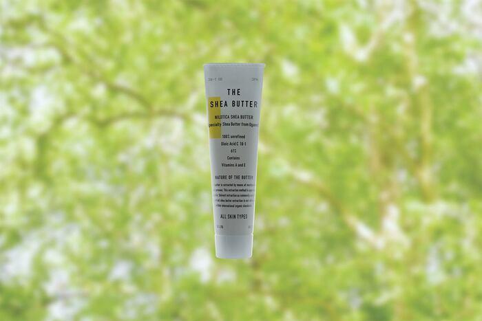 お肌に溶けて馴染むハンドクリーム「THE」のSHEA BUTTER(シアバター)をご紹介致しましょう。THE SHEA BUTTERは、シア100%のクリームであり、これ1つで身体全体を乾燥から守ってくれる万能アイテムです。