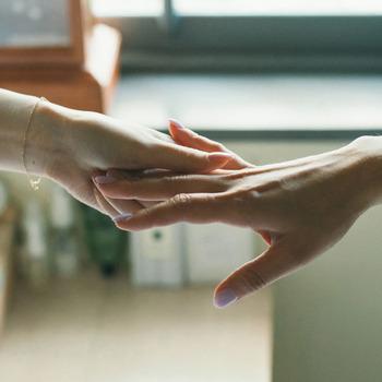 ハンドクリームは表面に塗ってあげるだけでは肌の奥に浸透はしません。マッサージをすることで肌の奥まで潤いを届けることができます。また、マッサージにはリラックス効果と血行促進効果が♪冬場は血液が滞りやすくなりますので、入念にしてあげることをおすすめします*
